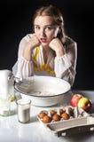 Homemaker в кухне стоковое фото rf