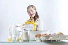 Homemaker в кухне стоковые фотографии rf
