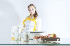 Homemaker в кухне стоковые изображения rf