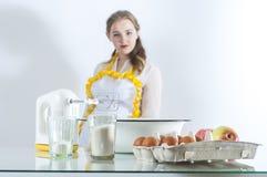 Homemaker в кухне стоковое изображение rf