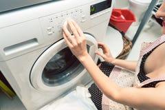 Homemaker женщины работая стиральную машину стоковое изображение rf