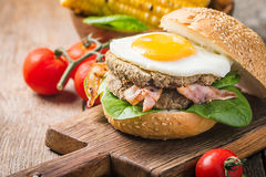 Homemmade Bacon Hamburger with fried Egg Royalty Free Stock Images
