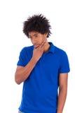 Homens adolescentes pretos pensativos novos - povos africanos - pe africano Foto de Stock