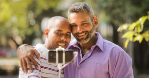 Homens alegres homossexuais dos pares que tomam Selfie com Smartphone Fotos de Stock