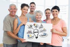 Homens aptos e mulheres que guardam a placa de conta com gráficos do sucesso Foto de Stock