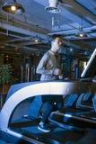 Homens asiáticos no gym para montar uma bicicleta Fotos de Stock