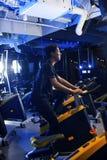 Homens asiáticos no gym para montar uma bicicleta Imagem de Stock