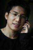 Homens asiáticos novos na chamada imagens de stock