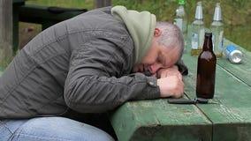 Homens bêbados que dormem na tabela vídeos de arquivo