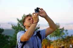 Homens brancos que tomam a foto dos pássaros no céu Imagens de Stock Royalty Free