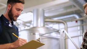 Homens com a prancheta na cervejaria ou na planta da cerveja vídeos de arquivo