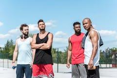 Homens consideráveis no sportswear que está na corte imagens de stock royalty free