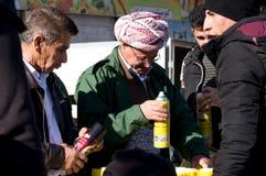 Homens curdos que trocam em Iraque Fotografia de Stock