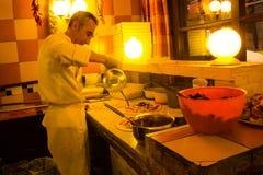 Homens da pizza no restaurante italiano em Bruxelas, Bélgica Foto de Stock Royalty Free