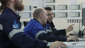 Homens da vista lateral em Sit Look uniforme em monitores modernos no dever vídeos de arquivo