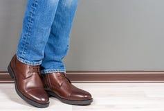Homens das botas em de madeira branco imagem de stock royalty free