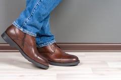 Homens das botas em de madeira branco fotos de stock royalty free