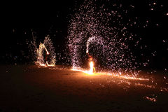 Homens de giro da mostra do fogo em Tailândia Fotografia de Stock Royalty Free