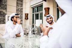 Homens de negócio árabes que gastam junto Imagem de Stock
