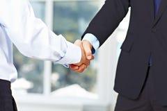 Homens de negócio que agitam as mãos