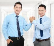 Homens de negócio que agitam as mãos Foto de Stock Royalty Free