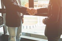 Homens de negócio que agitam as mãos, Foto de Stock Royalty Free