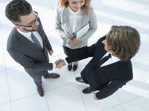 Homens de negócio que agitam fazer um acordo das mãos Foto de Stock