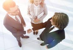 Homens de negócio que agitam fazer um acordo das mãos Foto de Stock Royalty Free