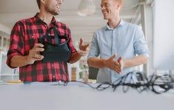 Homens de negócio que discutem e que testam vidros de VR Foto de Stock