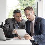 Homens de negócio que encontram o conceito da tabuleta fotos de stock