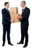 Homens de negócio que levantam com caixas de cartão fotos de stock