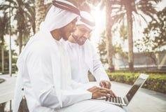 Homens de negócios árabes exteriores Imagens de Stock Royalty Free