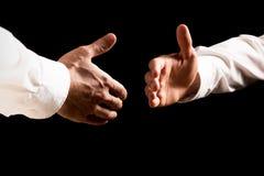 Homens de negócios aproximadamente para agitar as mãos fotografia de stock royalty free