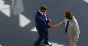 Homens de negócios caucasianos que agitam as mãos no escritório 4k vídeos de arquivo
