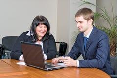 Homens de negócios com portátil Foto de Stock Royalty Free