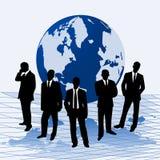 Homens de negócios de encontro a um mapa do mundo Fotografia de Stock