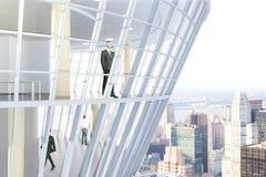 Homens de negócios dentro da construção de vidro Fotos de Stock Royalty Free