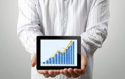 Homens de negócios e, gráfico em uma tabuleta Imagem de Stock Royalty Free