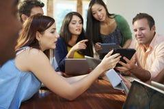 Homens de negócios e mulheres de negócios que encontram-se para discutir ideias Foto de Stock Royalty Free