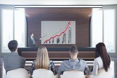 Homens de negócios e mulheres que olham a apresentação Foto de Stock Royalty Free