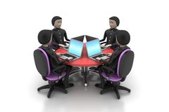 Homens de negócios em torno de uma tabela que olha portáteis Fotos de Stock