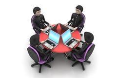 Homens de negócios em torno de uma tabela que olha portáteis Imagens de Stock Royalty Free