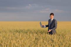 Homens de negócios em um campo de trigo Foto de Stock Royalty Free