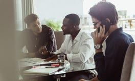 Homens de negócios em uma reunião fotografia de stock royalty free