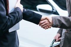 Homens de negócios masculinos e fêmeas que agitam as mãos Imagens de Stock