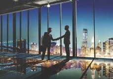 2 homens de negócios Multi-étnicos que agitam o conceito das mãos Imagens de Stock Royalty Free
