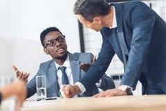 homens de negócios multi-étnicos que têm a conversação fotos de stock