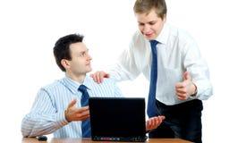 Homens de negócios novos que discutem um projeto Imagens de Stock Royalty Free