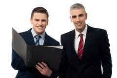 Homens de negócios novos que trabalham junto imagens de stock royalty free