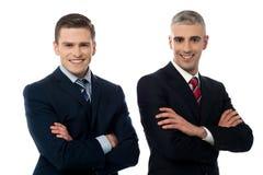 Homens de negócios novos seguros isolados no branco fotos de stock